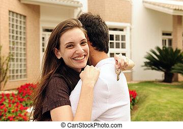 pareja, posición, exterior, casa nueva