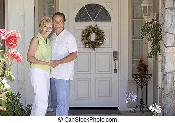 pareja, posición, exterior, su, casa