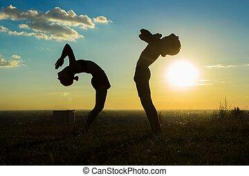 pareja, practicar, yoga, en el parque, en, ocaso, gota, espalda