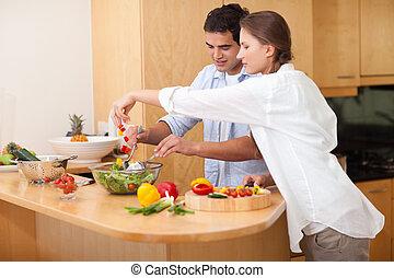 pareja, preparando, ensalada, feliz