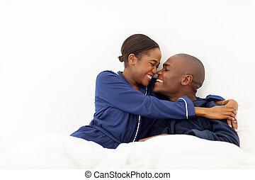 pareja que se abraza, norteamericano, cama, africano