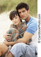 pareja que se abraza, playa, romántico, joven
