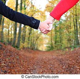 pareja que sujeta manos