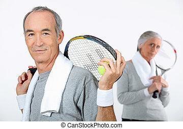 pareja, raquetas del tenis, más viejo