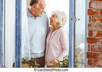 pareja, reír, por la ventana
