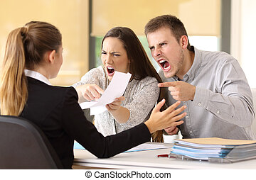 pareja, reclamar, oficina, enojado