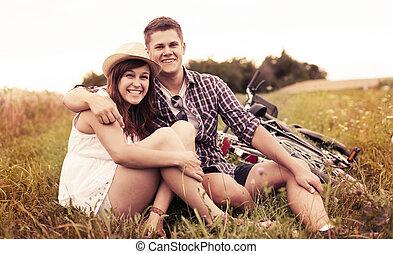 pareja, reclinación encendido, pasto o césped, después, biking