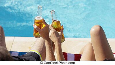 pareja, relajante, en, el, piscina, con, cervezas