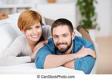 pareja, relajante, en, sofá, en casa