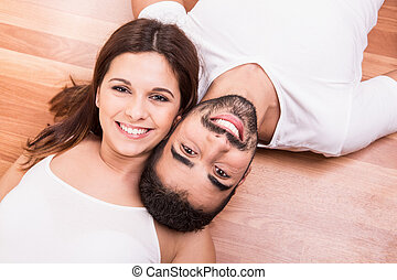 pareja, relajante, sobre el piso