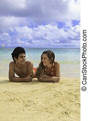 pareja, repantigar, en, un, hawai, playa