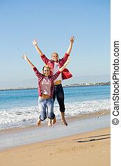 pareja, saltar, playa