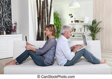 pareja, se sentar sobre sofá