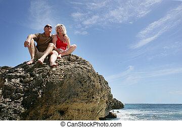 pareja, sentado, 3º edad, mar, roca