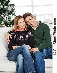 pareja, sentado, en, en casa, durante, navidad