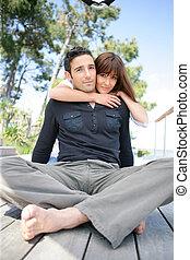 pareja, sentado, en, un, cubierta de madera