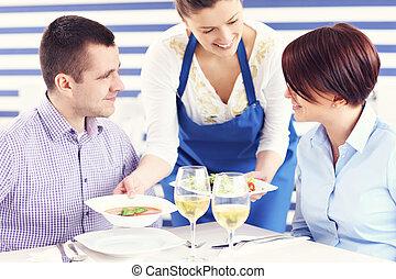 pareja, ser, servido, en, un, restaurante