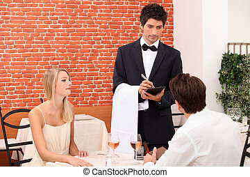 pareja, ser, servido, por, un, camarero