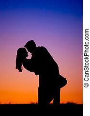 pareja, silueta, joven, se abrazar