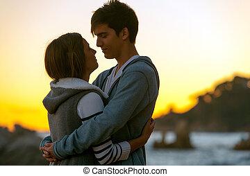 pareja, silueta, romántico, sunset.