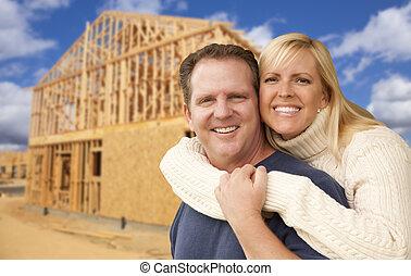 pareja, sitio, construcción, encuadrado, casa frente, nuevo