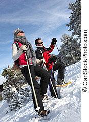 pareja, snow-shoeing