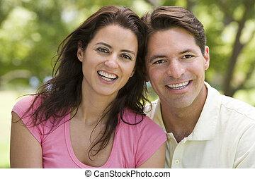 pareja, sonriente, aire libre