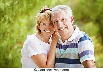 pareja, sonriente, maduro, se abrazar