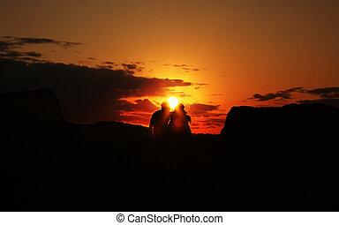 pareja, sostenerse, durante, un, salida del sol