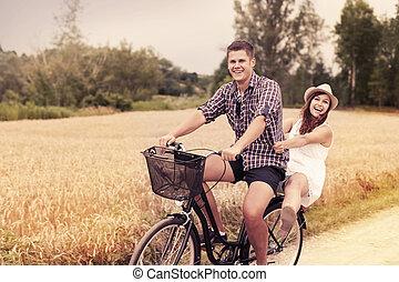 pareja, tenga diversión, equitación, en, bicicleta