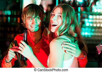 pareja, teniendo, bebidas, en, barra, o, club