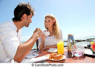 pareja, teniendo, desayuno, por, azul, laguna