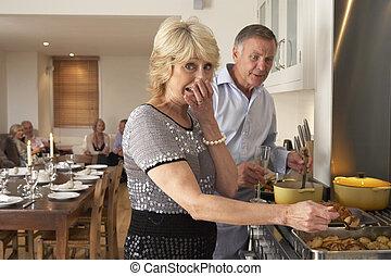 pareja, teniendo, dificultad, cocina, para, un, cena