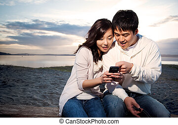 pareja, texting, asiático
