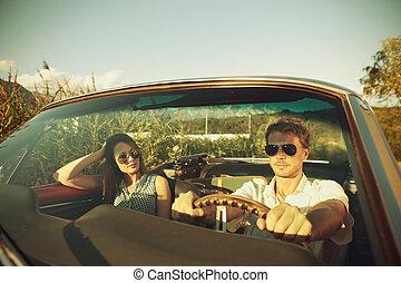 pareja, toma, un, viaje de camino