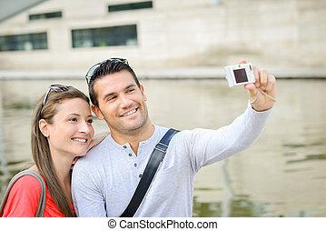 pareja, tomar una foto, de, ellos mismos