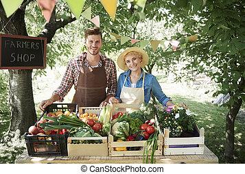 pareja, venta, vegetales, mercado, granjeros