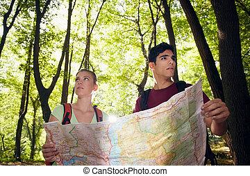 pareja, viaje dificultoso, durante, joven, mapa, mirar