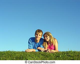 parejas, mentira, en, pasto o césped