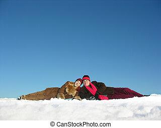 parejas, mentiras, en, nieve