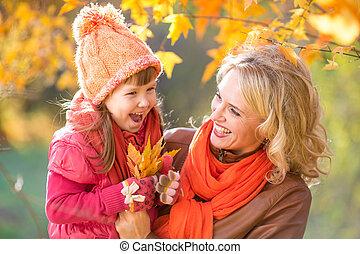 parent, feuilles, jaune, automne, tenue, gosse, outdoor., heureux