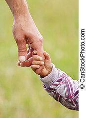 parent, tient, les, main, de, a, petit enfant