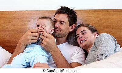 parents, bébé, mensonge, lit, heureux