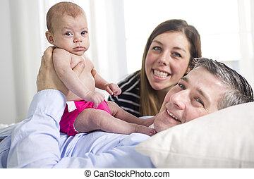 caresser gar on nouveau n parents dehors b b maison photographie de stock rechercher. Black Bedroom Furniture Sets. Home Design Ideas