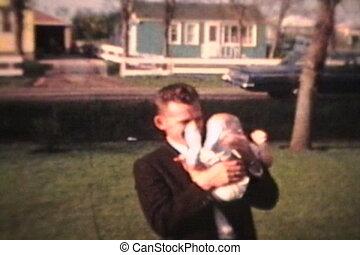 parents fiers, tenant bébé, dehors