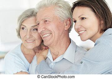 parents, fille, personne agee, maison heureuse