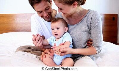 parents, heureux, lit bébé, séance