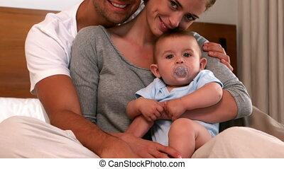 parents, leur, bébé, tenue, garçon, heureux