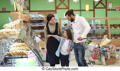 parents, leur, fille, bonbons, supermarket., beau, choisir