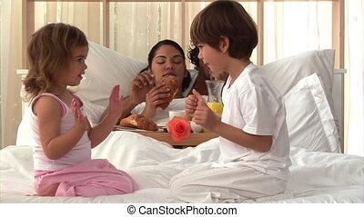 parents, petit déjeuner, manger, attentif